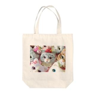 じっとみつめる猫ちゃん Tote bags
