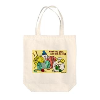編み物をする毛糸玉ひつじ Tote bags
