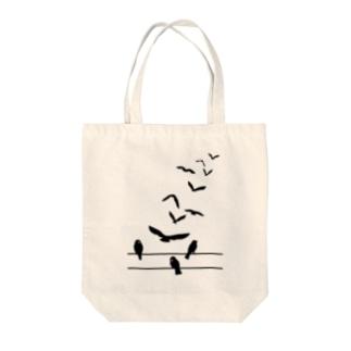 飛んでいく鳥 Tote bags