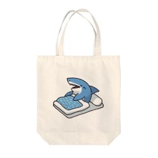 寝起きサメ Tote bags