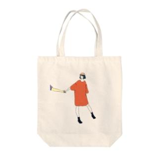手をひくTシャツワンピ Tote bags