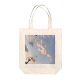朝5時の空はなんだか切ない Tote bags