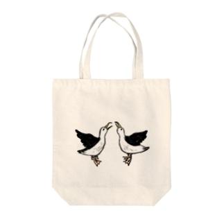 求愛ダンス Tote bags