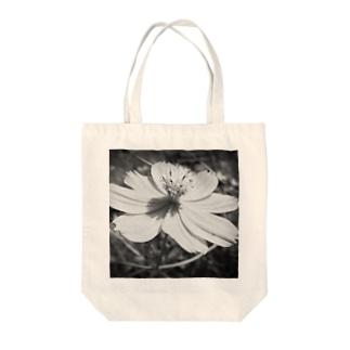 コスモス(Black and White) Tote bags