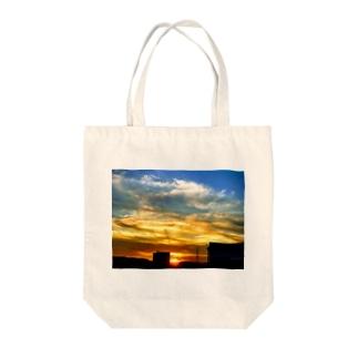 陽の沈み Tote bags