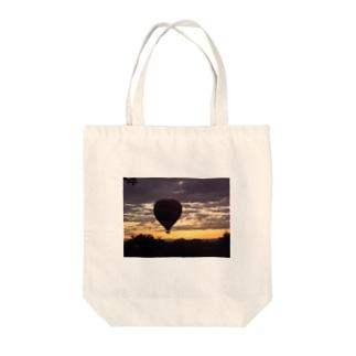 ケニアの朝焼け Tote bags
