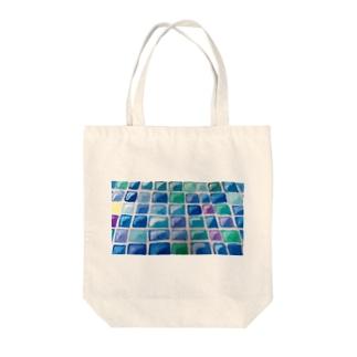 日差しの中のタイル Tote bags