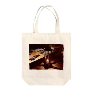 夜のビーチとランタン1 Tote bags