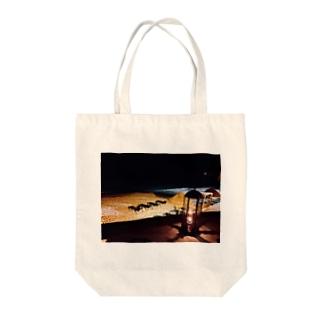 夜のビーチとランタン2 Tote bags