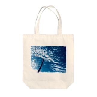 都会の青い空の電柱 Tote bags