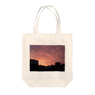 夕暮れ いわし雲 Tote bags