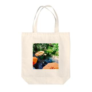 オレンジのパラソルと癒し Tote bags