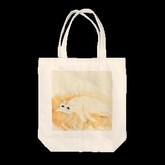 Yumi Kudo ARTの寝転がっている白猫 Tote bags