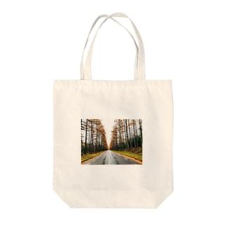 カラマツの並木道 Tote bags