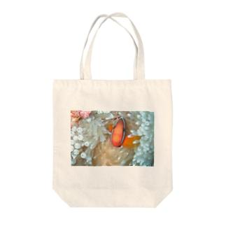 クマノミ Tote bags