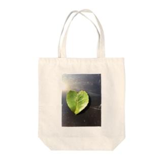ハートの葉っぱ Tote bags