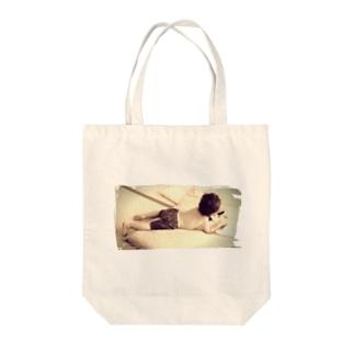読書する少年 Tote bags