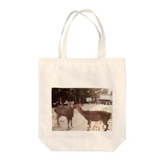鹿の思いやり Tote bags