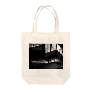 木の階段 Tote bags