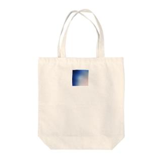 青と飛行機雲 Tote bags