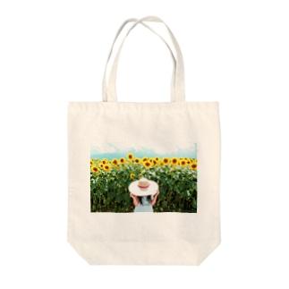 ひまわりと麦わら少女 Tote bags