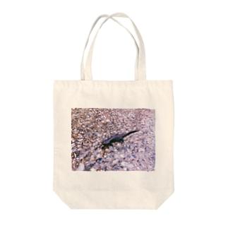 いもり Tote bags