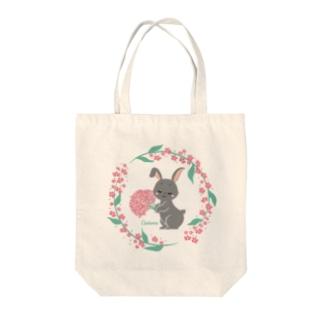 かすみ草黒ウサギ Tote bags