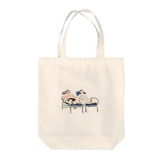 ビーチサイドでのんびり Tote bags