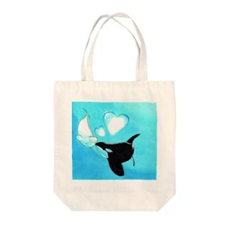 ベルーガとシャチの恋 Tote bags