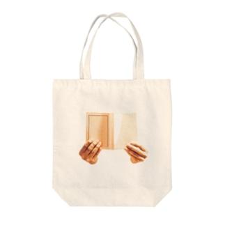 文庫本と手 Tote bags