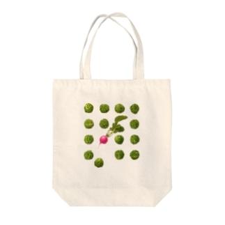 オハデザインの芽キャベツとラディッシュ Tote bags