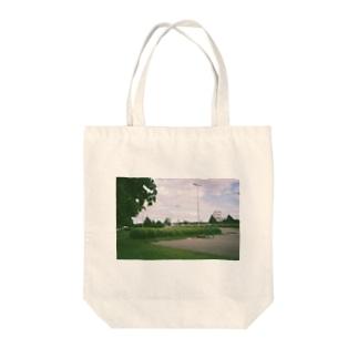 湖のほとりで Tote bags