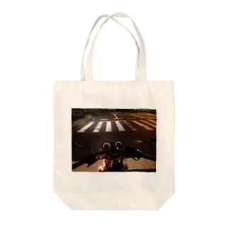 夜の信号待ち Tote bags