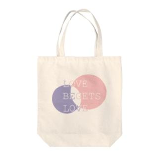 愛は愛を生む Tote bags