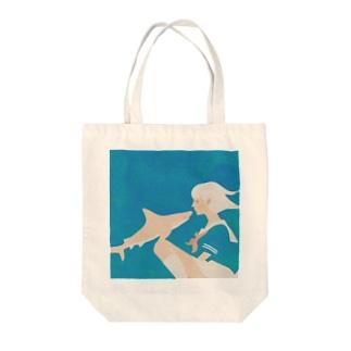 彼女はサメが好き Tote bags