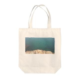 海と岩とのコンポジション Tote bags