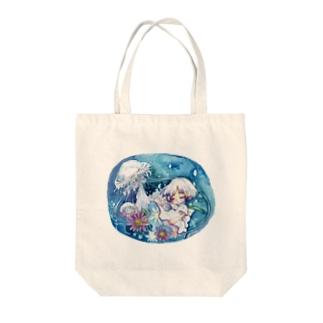 クラゲとミヤコワスレ Tote bags