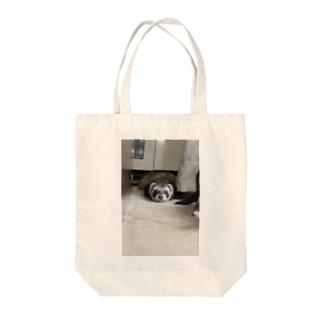 遊び疲れたフェレット Tote bags