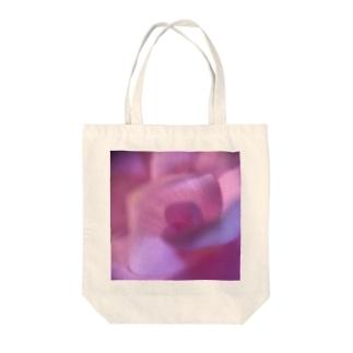 ピンクにくるくるなクルクマ Tote bags