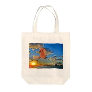 空飛ぶカピバラさん Tote bags