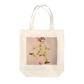 サッカーおばあちゃん Tote bags