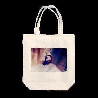 もずく屋さんの雑踏の中のスニーカー Tote bags