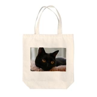 黒猫ヴィヴィの日向ぼっこ Tote bags
