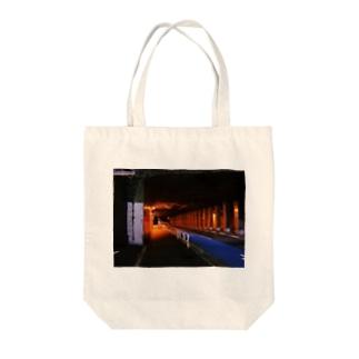 君と夜の散歩 Tote bags