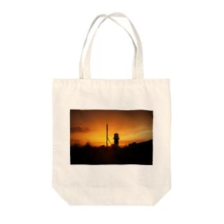 夕暮れの灯台 Tote bags