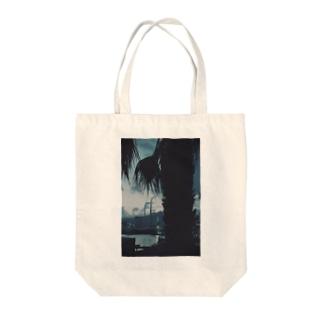 ヤシの木と港 Tote bags