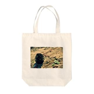 松ぼっくり Tote bags