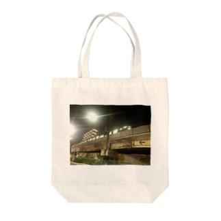 都会の電車 Tote bags