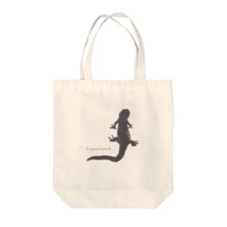 アカハライモリ Tote bags