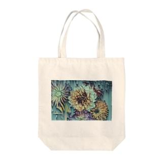 流れ落ちる花 Tote bags